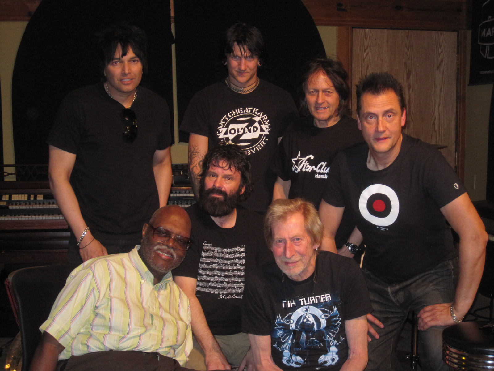 The whole crew. Back row, Brian (Cleopatra records), Jason Willer, Jeff Piccinini (Geoff Myles), Jürgen Engler. Front row: Big Jay McNeely, Nicky Garratt and Nik Turner. Click image to enlarge.